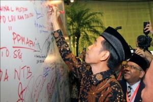 Capres Jokowi saat menandatangani Komitmen Wujudkan Indonesia Bermartabat di Rapimnas LDII