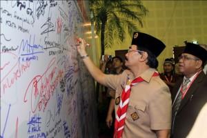 Ketua Kwarnas Gerakan Pramuka saat menandatangani Komitmen Wujudkan Indonesia Bermartabat di Rapimnas LDII