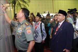 Panglima TNI Jendral Moeldoko saat menandatangani Komitmen Wujudkan Indonesia Bermartabat di Rapimnas LDII