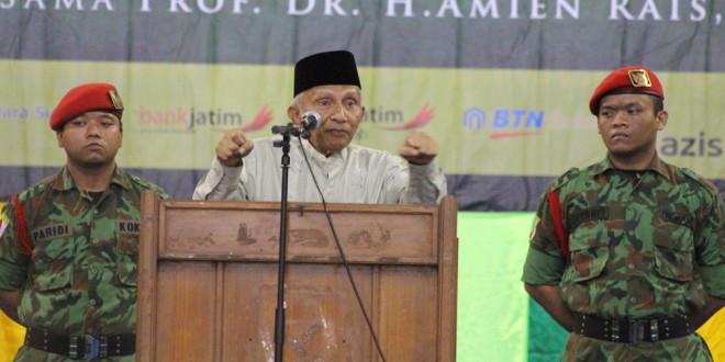 Prof. Dr. H. M. Amien Rais, MA memberikan sambutan di Resepsi Milad 107 Muhammadiyah di Graha ITS, Sukolilo, Surabaya, Minggu (20/11).