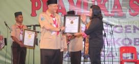 Ketua Kwarcab Surabaya Wisnu Sakti Buana menerima penghargaan MURI atas rekor pemrakarsa dan penyelenggara perkemahan akbar secara serentak dengan jumlah peserta terbanyak, Sabtu (26/11).