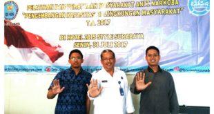Kasi Penguatan Lembaga Rehabilitasi BNNP Jatim dr. Poerwanto Setijawargo (tengah) bersama Pemuda LDII Surabaya.
