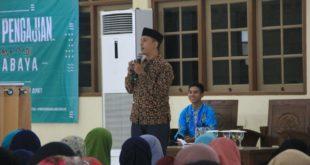 dr. Riko Lazuardi salah satu pembicara di pengajian dan sosialisasi pola hidup sehat bagi mahasiswa, Surabaya, Sabtu (9/12).